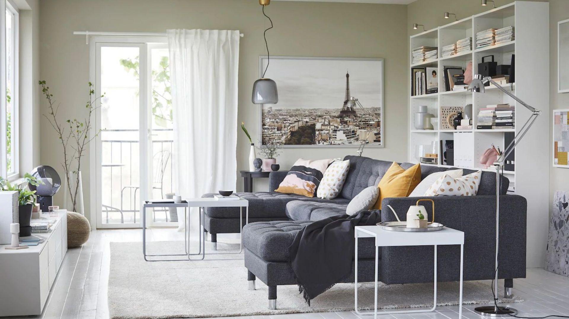 W małym salonie warto naprawdę starannie wybrać kanapę, niezależnie od tego czy będzie to narożnik czy sofa. To będzie przecież nasze domowe centrum dowodzenia, musi więc być wygodne i komfortowe. Fot. IKEA
