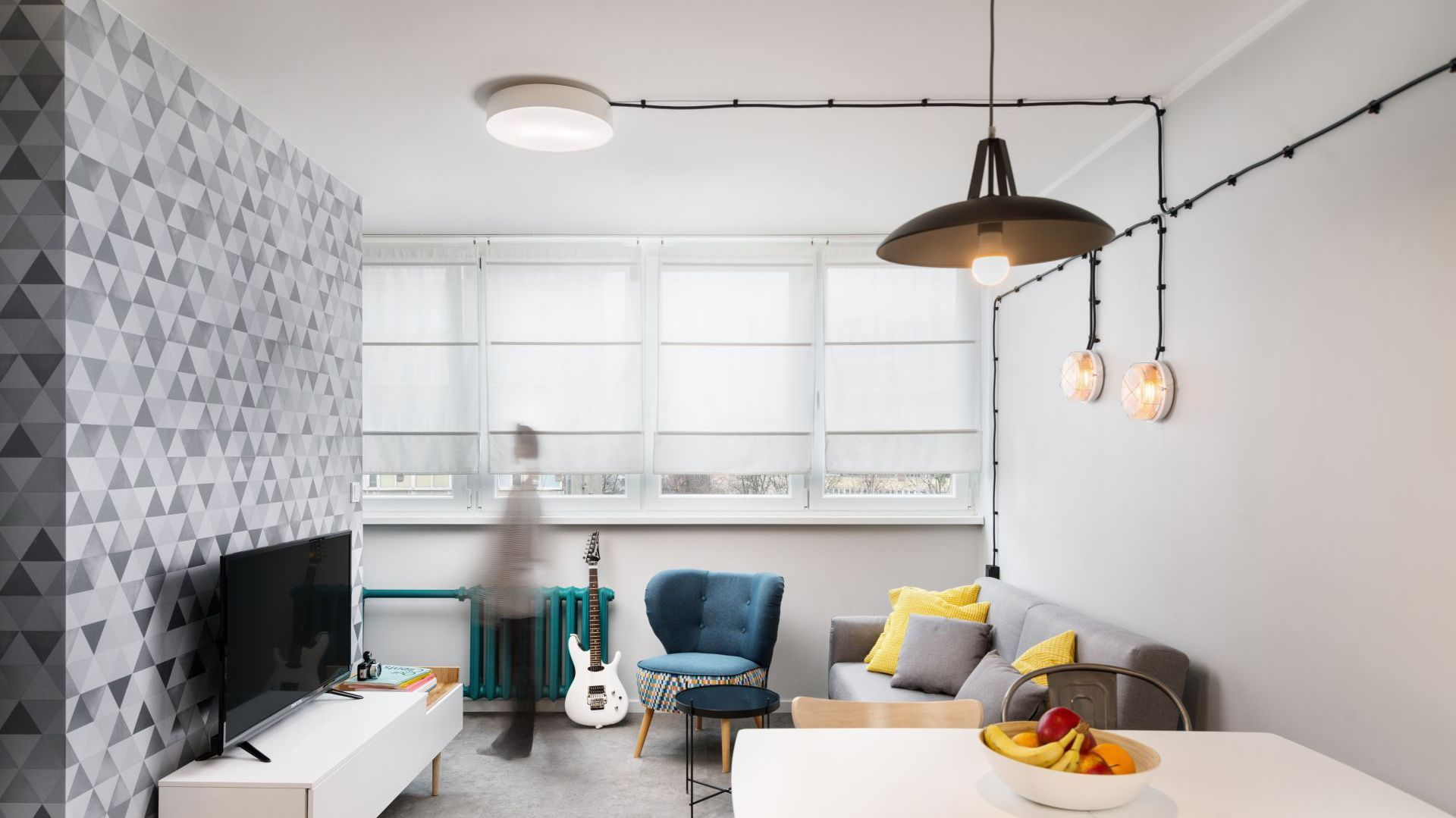 Sofa i fotel to dobre rozwiązanie jeśli w salonie mamy wyjątkowo mało miejsca. Projekt i zdjęcia: Kasia Kokot, Pracownia Inside