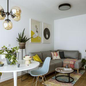 Mały beżowy narożnik idealnie pasuje do tego niewielkiego salonu w bloku. Projekt: Poco Design. Fot. Yassen Hristov