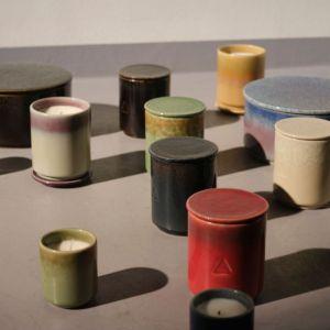 Ręcznie wykonane, ceramiczne naczynia, w których umieszczono świece, zostały dopasowane do zapachów. Każde z nich jest szkliwione dwoma kolorami wybranymi przez Bena Gorhama. Fot. IKEA