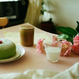 Osynlig to kolekcja 13 świec zapachowych, które zostały stworzone, by potęgować wrażenia związane z przyjemnością przebywania w domu oraz przywoływać emocje. Fot. IKEA