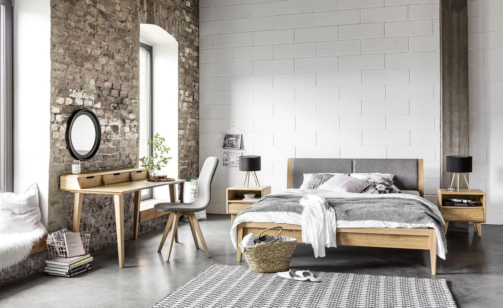 Kolekcja mebli do sypialni Lovell, drewno dębowe oraz tapicerowany zagłówek. Cena: od ok. 3100 zł (łóżko). Producent: Matkowski
