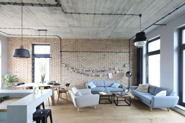 Jak wykończyć ścianę za kanapą w salonie? Jaki materiał wybrać? Polecamy cegłę. Zobaczcie jak pięknie prezentuje się na ścianie w salonie.