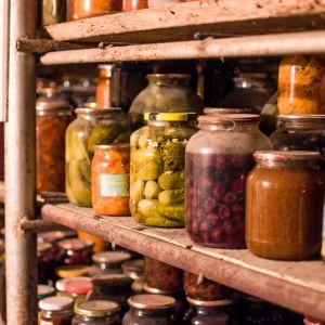 Urządzając spiżarnię można kierować się takimi zasadami, jak przy planowaniu strefy przechowywania w kuchni. Fot. Shutterstock