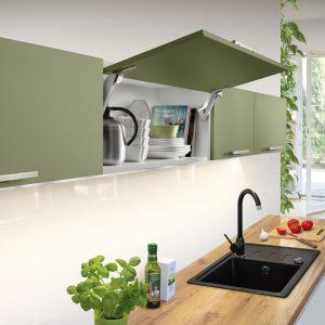 Nowoczesne rozwiązania kuchenne pomogą nam zaplanować wygodną spiżarnię w każdym domu. Na zdjęciu: Free Space, czyli najmniejszy bezzawiasowy podnośnik obecny na rynku. Plusem małego rozmiaru jest to, że po montażu zostawia więcej przestrzeni do wykorzystania w szafce Fot. Häfele