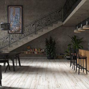 Obraz na ścianie i półka pod schodami uatrakcyjnią wygląd wnętrza. Na zdjęciu panele podłogowe Arteo Dąb Porto. Fot.RuckZuck