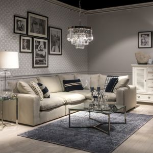 Szklane blaty doskonale odnajdą się też w aranżacjach eksponujących piękny, ręcznie tkany dywan lub oryginalnie ułożoną, mozaikową podłogę. Fot. Miloo Home