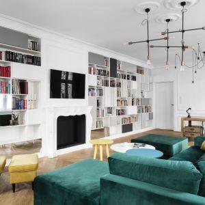 Praktycznie całą ścianę w klasycznie urządzonym salonie zaplanowano na domową biblioteczkę z miejscem na kominek i telewizor. Projekt Anna Maria Sokołowska. Fot. Fotomohito