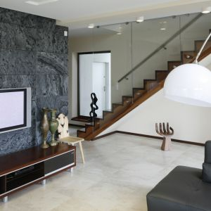 Ścianę zdobi dekoracyjny kamień. Projekt Piotr Stanisz. Fot. Bartosz Jarosz