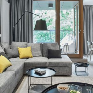 W nowocześnie urządzonym salonie zdecydowano się proste, okrągłe stoliki. Projekt: Bibianna Stein-Ostaszewska (Bibi Space). Fot. Olo Studio