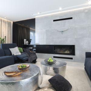 Dwa srebrne, okrągłe stoliki idealnie pasuje do szarej kolorystyki salonu. Projekt: Dariusz Grabowski. Fot. Bartosz Jarosz