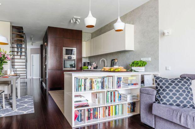 W każdym salonie jest potrzebne miejsce do przechowywania - książek, pamiątek, mniej lub bardziej potrzebnych przydasiów. Zobaczcie pomysły architektów wnętrz, jak zaplanować przestrzeń do przechowywania w salonie.