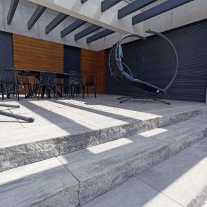 Stopnie schodowe z bloków betonowych takich jak Grando oferują nie tylko komfort użytkowania, ale też stylowy, ponadczasowy design. Do wyboru są dwie faktury: łamana i gładka. Fot. Polbruk