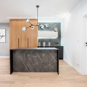 Kuchenne wyspa można też zapewnić sporą ilość szafek i półek na przechowywanie. Fot. Moovin Group