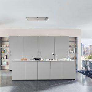 Szara, minimalistyczna kuchnia z wysoką zabudową i wyspą. Fot. Ballerina