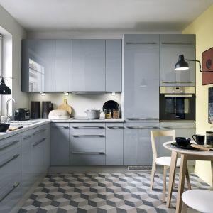 Szara kuchnia z frontami lakierowanymi na wysoki połysk. Fot. BRW