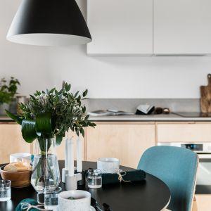 W kuchni znalazł się też okrągły stół w skandynawskim stylu. Projekt: Raca Architekci. Fot. Fotomohito