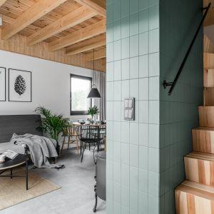 Schody z części dziennej do sypialni. Projekt: Raca Architekci. Fot. Fotomohito
