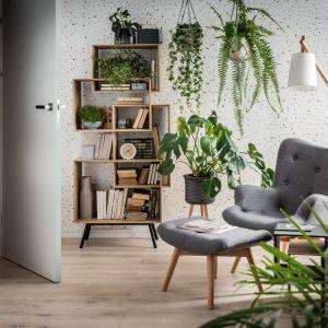 Rośliny w salonie wpiszą się w każdą stylistykę wnętrza. Fot. Vox