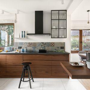 W kuchni został położony duży nacisk na to, by była funkcjonalna i praktyczna. Projekt MM Architekci. Fot. Jeremiasz Nowak