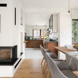 Część jadalniana znajduje się między kuchnią, a salonem, tym samym łączy w sobie poranną krzątaninę w kuchni  i przestrzeń do przyjmowania gości. Projekt MM Architekci. Fot. Jeremiasz Nowak