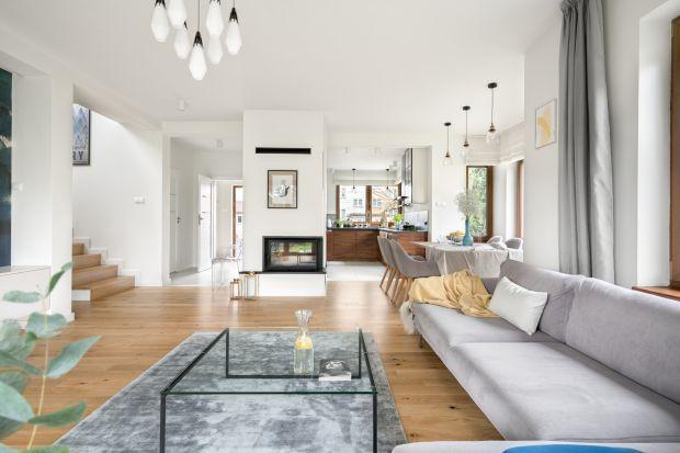 Dom jest przestronny, funkcjonalny i bardzo przytulny, dominują w nim jasne kolory i niebieskie akcenty. Wnętrza zostały zaprojektowane w nowoczesnym stylu, który odpowiada potrzebom mieszkańców.