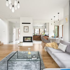 Dom jest przestronny, funkcjonalny i bardzo przytulny, dominują w nim jasne kolory i niebieskie akcenty. Projekt MM Architekci. Fot. Jeremiasz Nowak