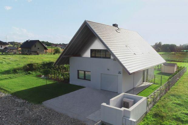 Słynny polski architekt, znany z innowacyjnego podejścia do architektury, stworzył pierwszy dom gotowy. Nie zaproponował jednakdomu podobnego do tych, jakich na pęczki znaleźć można w tradycyjnych katalogach. W jego propozycji udało się połą