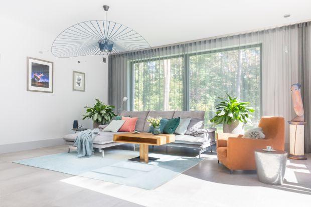Aranżacja okna w salonie bywa kłopotliwa. Zasłony, firany, czy rolety powinny być dobrane do stylu pomieszczenia.