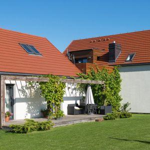 Dachówki w czerwonym kolorze są interesującą alternatywą dla tego, co powszechne i popularne, stają się też skuteczną receptą na ponadczasowe, trwałe i eleganckie pokrycie dachowe. Fot. Creaton Polska