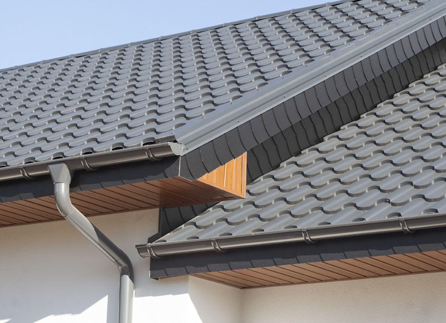 Prawidłowy montaż systemu rynnowego to gwarancja jego niezawodnego działania. Systemy rynnowe obejmują kompletny zestaw akcesoriów, dzięki czemu odprowadzanie wody z dachów może działać efektywnie. Fot. Ruukki