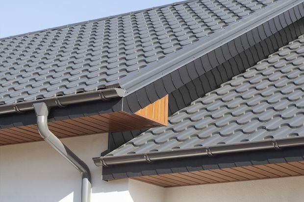 Źle wykonany montaż dachu może doprowadzić do poważnych i kosztownych uszkodzeń. Jak temu zapobiec? Jakich błędów unikać podczas montażu? Sprawdźcie co radzą eksperci.