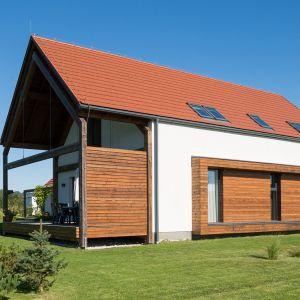 Zastosowanie pokrycia dachowego w odcieniach czerwieni lub brązu pretenduje do wykończenia domu w bardziej tradycyjnym stylu. Ale obecnie często też wykorzystuje się taki kolor dachu w zestawieniu z naturalnymi materiałami elewacyjnymi, takimi jak kamień czy drewno w ujęciu nowoczesnym. Fot. Creaton Polska