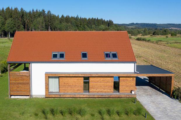 Jaki kolor dachu wybrać? Szukacie pomysły do swojego domu? Zobaczcie jak pięknie wyglądają dachówki w kolorze czerwonym.