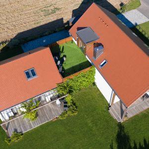 W klasycznym czerwonym odcieniu dostępne są również dachówki cementowe (wszystkie modele profilowane oraz płaskie). Właściwy kolor w tym przypadku uzyskuje się poprzez barwienie w masie naturalnymi pigmentami. Fot. Creaton Polska
