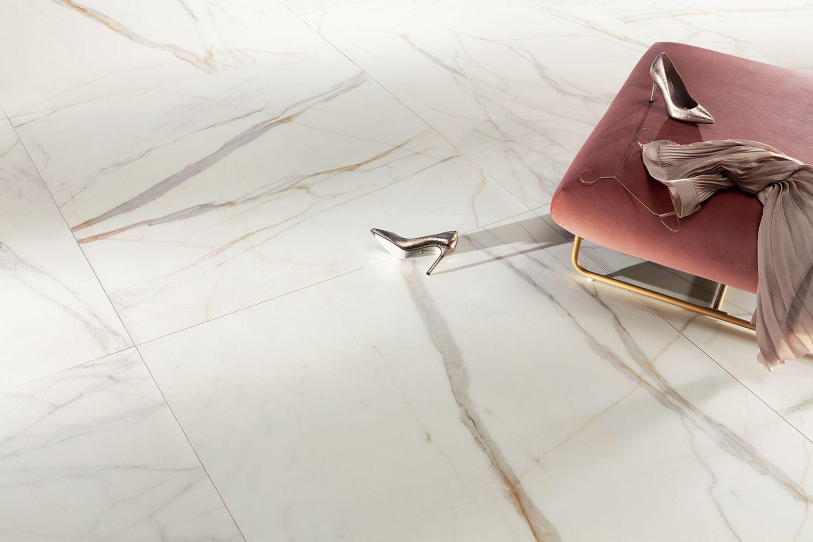 Płytki wiernie oddają strukturę białego marmuru, przywodząc jednocześnie na myśl technikę kintsugi. Kolekcja Marmo d'Oro. Fot. Tubądzin