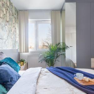 Ścianę za łóżkiem zdobi dekoracyjna tapeta. Projekt gama design współ Joanna Rej Fot. Pion Poziom