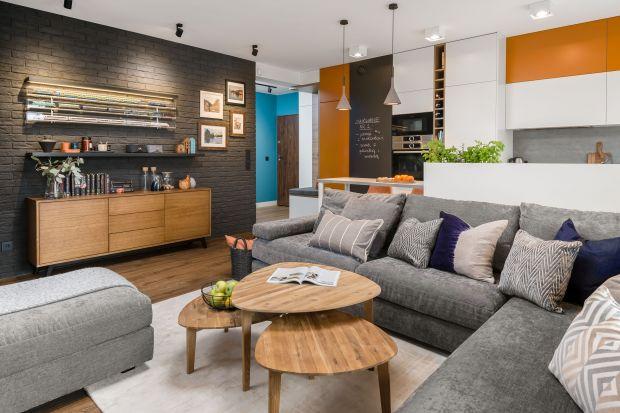Jak ustawić kanapę w salonie i jak dobrać do niej stolik kawowy? Wybraliśmy 10 ciekawych pokojów dziennych. Zobaczcie najbardziej inspirujące i modne pomysły na duet sofa + stolik.