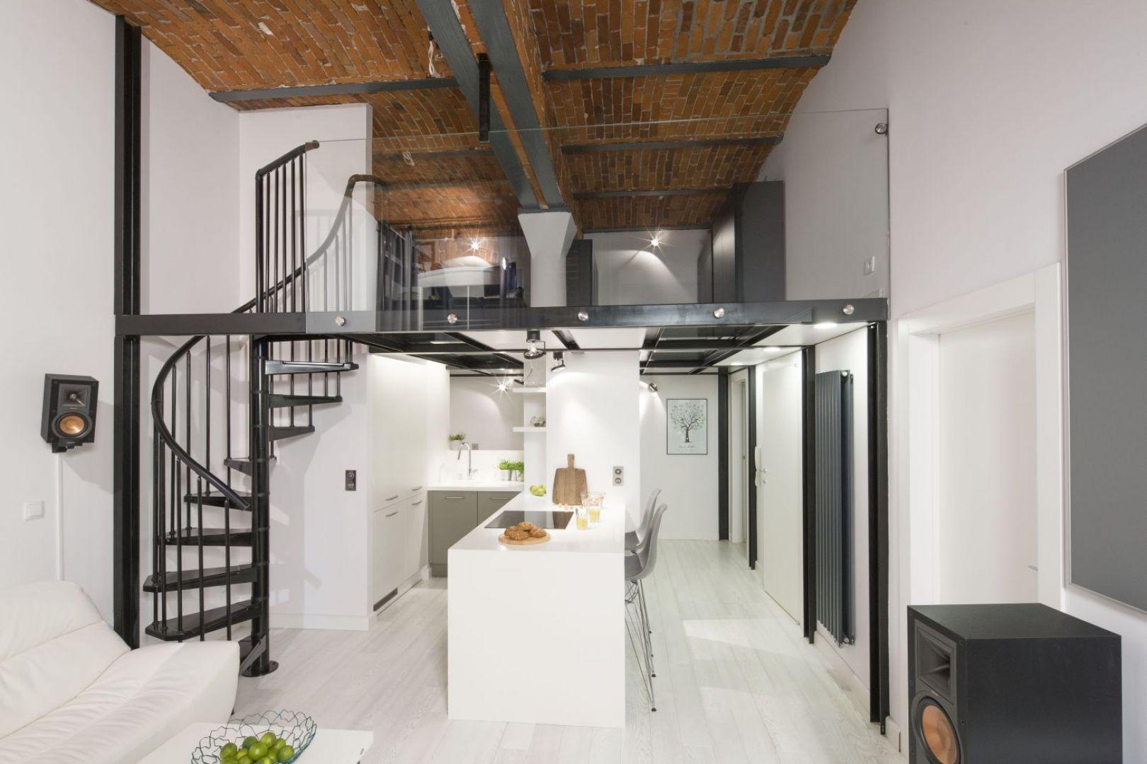 Ta otwarta kuchnia w stylu loft znajduje się w mieszkaniu w zrewitalizowanej fabryce papieru. Projekt: Szymon Chudy. Fot. Bartosz Jarosz