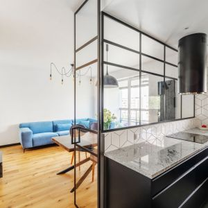 W kuchni w stylu loft dobrze wyglądają przeszklenia w czarnych metalowych ramach. Projekt i zdjęcia: Deer Design