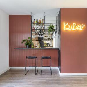 W niewielkiej kawalerce znalazła się mała otwarta kuchnia w loftowym, klubowym stylu. Projekt wnętrza Agata Koszelewska/Decoroom. Zdjęcia Marta Behling, Pion Poziom – fotografia wnętrz