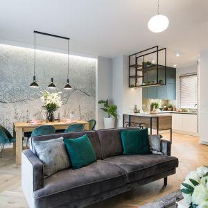 Centrum stanowi przestronna przestrzeń – powstała z połączenia kuchni, jadalni i salonu. Wnętrze otulono miękkim welurem, który wprowadza szlachetność i przytulną atmosferę.