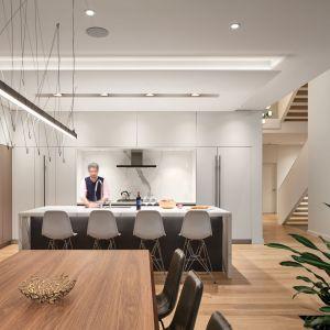 Sercem kuchni jest wyspa kuchenna z blatem z rysunkiem marmuru. Projekt: Taylor Smyth Architects. Zdjęcia: Doublespace Photography