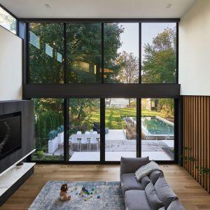 Część dzienna domu ma wysokość dwóch kondygnacji i całkowicie przeszkloną ścianę. Projekt: Taylor Smyth Architects. Zdjęcia: Doublespace Photography
