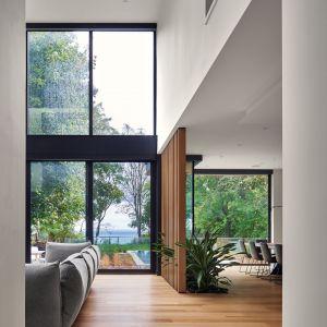 Ściana z dębowych lameli. Projekt: Taylor Smyth Architects. Zdjęcia: Doublespace Photography