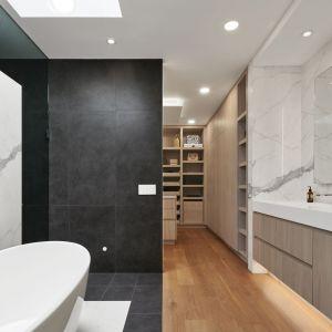 Łazienka i garderoba przy głównej sypialni. Projekt: Taylor Smyth Architects. Zdjęcia: Doublespace Photography