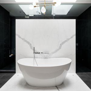 Imponująca wanna wolnostojąca w głównej łazience. Projekt: Taylor Smyth Architects. Zdjęcia: Doublespace Photography