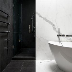 Łazienka została urządzona w bieli i czerni. Projekt: Taylor Smyth Architects. Zdjęcia: Doublespace Photography