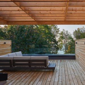 Z tarasu roztacza się widok na jezioro Ontario. Projekt: Taylor Smyth Architects. Zdjęcia: Doublespace Photography