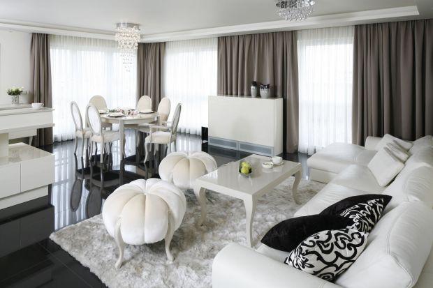 Jakie firany wybrać do salonu? Białe czy beżowe? Gładkie czy z wzorem? Zobaczcie fajne pomysły na aranżację salonu z zasłonami.